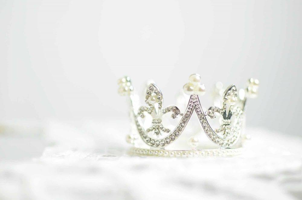 Fix Each Others' Crowns Women!