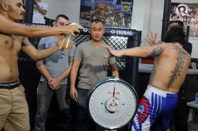 mma fighter sprays urine in his opponent's face during their weigh-in (video)